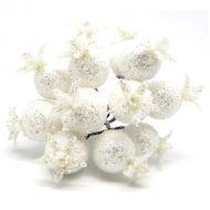 Букетик из белых блестящих ягод