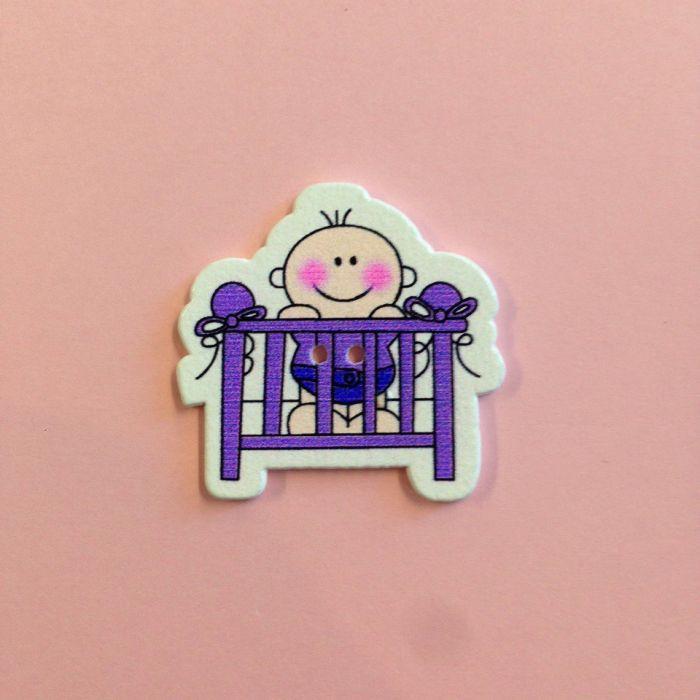 Украшение из дерева малышки в кроватке фиолетовой для скрапбукинга