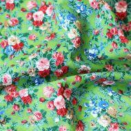 Отрез ткани розы на зелёном