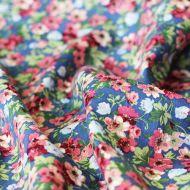 Отрез ткани яркие цветы на синем
